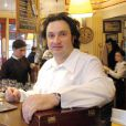 Le chef Yves Camdeborde pose dans son restaurant Le Comptoir du Relais en 2005 en France