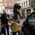 Pour se promener dans les rues de la capitale anglaise, Jennifer Hudson a choisi un short vert taille haute et une chemise ample... So fashion ! Londres, 18 avril 2011