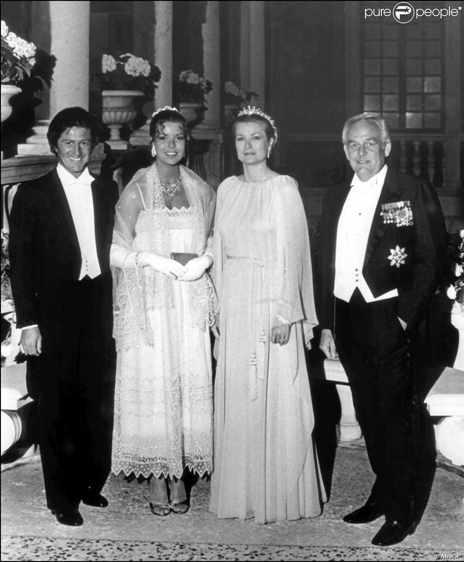 2b9341fb22 Pour son mariage civil, la belle Caroline de Monaco est entourée de son  père le