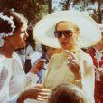 Toujours très élégante, Grace Kelly discute avec sa fille Caroline le jour de son mariage religieux. Monaco, 29 juin 1978