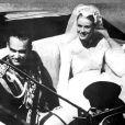 La princesse Grace de Monaco salue les monégasques auprès de son jeune époux dans leur calèche. Monaco, 18 avril 1956