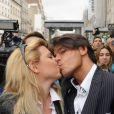Cindy et Giuseppe posent devant le Barrio Latino avant une séance de dédicaces pour Carré Viiip en mars 2011