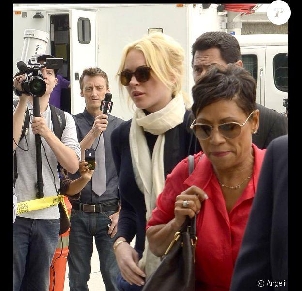 Lindsay Lohan arrivant le 22 avril 2011 au tribunal avec son avocate pour se défendre d'une accusation de vol d'un collier de 2 500 dollars de chez Kamofie and co à Los Angeles