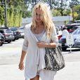 Pamela Anderson et son chéri Jon Rose font du shopping à Malibu le 23 avril 2011