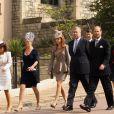 Dimanche 24 avril, la reine Elizabeth II, son époux le duc d'Edimbourg et quelques membres de la famille royale assistaient à la messe de Pâques donnée en la chapelle Saint-George à Windsor.   Les frères Andrew et Edward mènent le cortège princier, devant les princesses Beatrice et Eugenie d'York, avec Sophie de Wessex. La princesse Anne et son mari Tim Lawrence  (arrière-plan) ferment la marche.