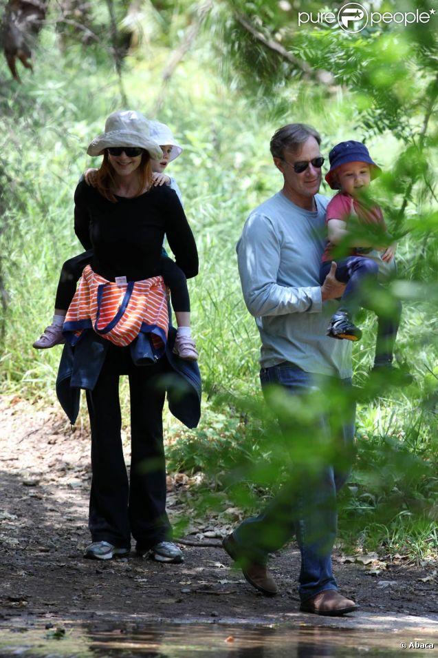 Marcia Cross et Tom Mahoney font un pique-nique au parc avec leurs jumelles. Avril 2011