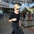 Charlize Theron est toujours classe même pour prendre l'avion ! Son total look noir lui va à merveille. Los Angeles, 26 avril 2011