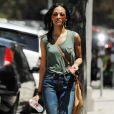Zoe Saldana est hyper tendance avec son top vert, son jean slim et ses sandales compensées Brian Atwood.  Los Angeles, 27 avril 2011