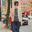Jean slim et petite veste beige... Un look hyper trendy pour l'actrice américaine Ginnifer Goodwin. New York, 28 avril 2011