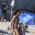 Minnie Driver profite du soleil sur une plage de Malibu le 1er mai 2011