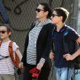 Jennifer Connelly avec ses deux fils Kai et Stellan à New York le 29 avril 2011 : sous le soleil de la grosse pomme !