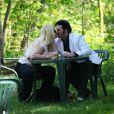 Loana et Eryl Prayer passent un moment ensemble au Bois de Boulogne (Paris), peu avant leur départ pour Miami, en avril 2011.