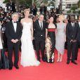Uma Thurman, en Versace, Robert de Niro et les membres du jury lors de la cérémonie d'ouverture du festival de Cannes le 11 mai 2011