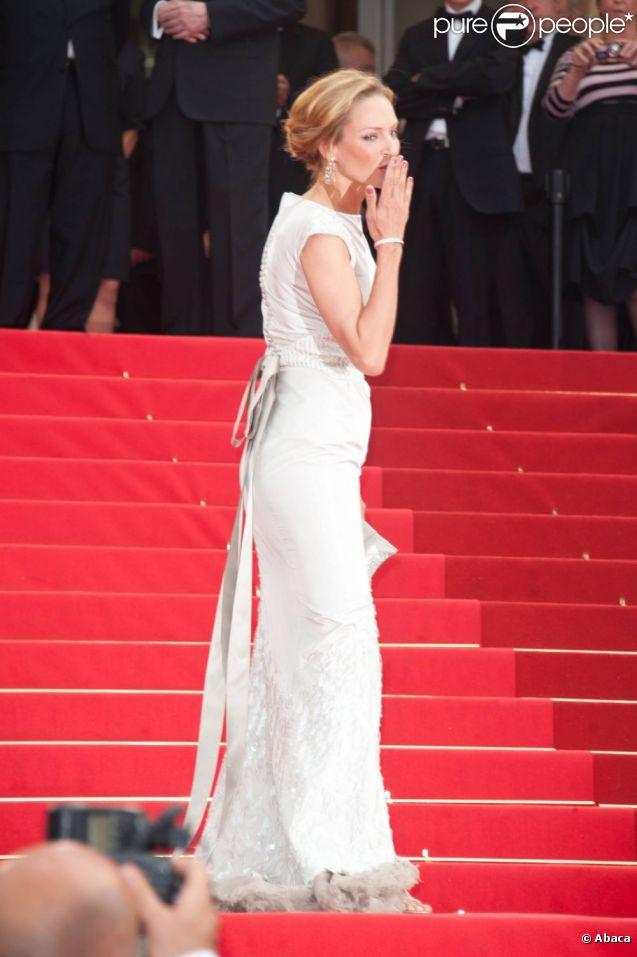 Uma Thurman parfaite dans une robe Chanel lors de la montée des marches du 64e Festival de Cannes pour la projection de Pirates des Caraïbes. Le 14 mai 2011