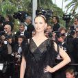 Karolina Kurkova dans un total look noir a charmé la Croisette. Le 14 mai 2011