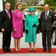 Mardi 17 mai 2011, la reine Elizabeth II, accompagnée de son époux le duc d'Edimbourg et reçue par la présidente Mary MacAleese, entamait une visite de quatre jours en République d'Irlande, dans des conditions de sécurité drastiques, 100 ans après la dernière visite d'un monarque britannique (George V) et en vue de sceller la réconciliation du royaume et de son ancienne colonie. D'où sa tenue aux couleurs du pays hôte.