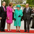 Mardi 17 mai 2011, la reine Elizabeth II entamait une visite de quatre jours en République d'Irlande, dans des conditions de sécurité drastiques, 100 ans après la dernière visite d'un monarque britannique (George V) et en vue de sceller la réconciliation du royaume et de son ancienne colonie. D'où sa tenue aux couleurs du pays hôte.