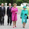 Mardi 17 mai 2011, la reine Elizabeth II, reçue par la présidente Mary MacAleese, entamait une visite de quatre jours en République d'Irlande, dans des conditions de sécurité drastiques, 100 ans après la dernière visite d'un monarque britannique (George V) et en vue de sceller la réconciliation du royaume et de son ancienne colonie. D'où sa tenue aux couleurs du pays hôte.