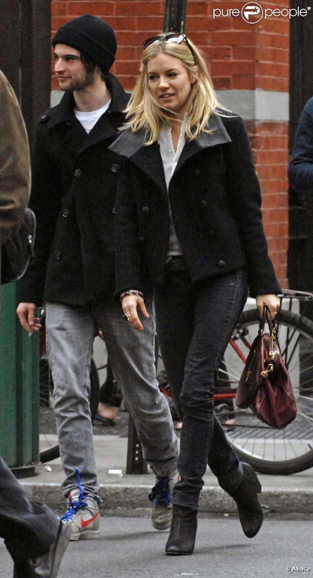 Sienna Miller et Tom Sturridge avant qu'ils ne tombent amoureux, à New York, le 11 octobre 2009.