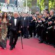 Jean-Paul Belmondo et Barbara Gandolfi, lors du 64e festival de Cannes. La manifestation rend hommage au grand artiste, avec la projection d'un documentaire qui lui est consacré.