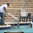 Katie Holmes et la petite Suri s'amusent dans la piscine d'un hôtel de Miami le 16 mai 2011