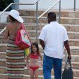 Katie Holmes et la petite Suri se détendent dans une piscine à Miami le 16 mai 2011
