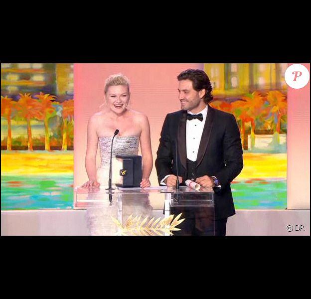 Kirsten Dunst reçoit le prix de l'interprétation féminine des mains d'Edgard Ramirez