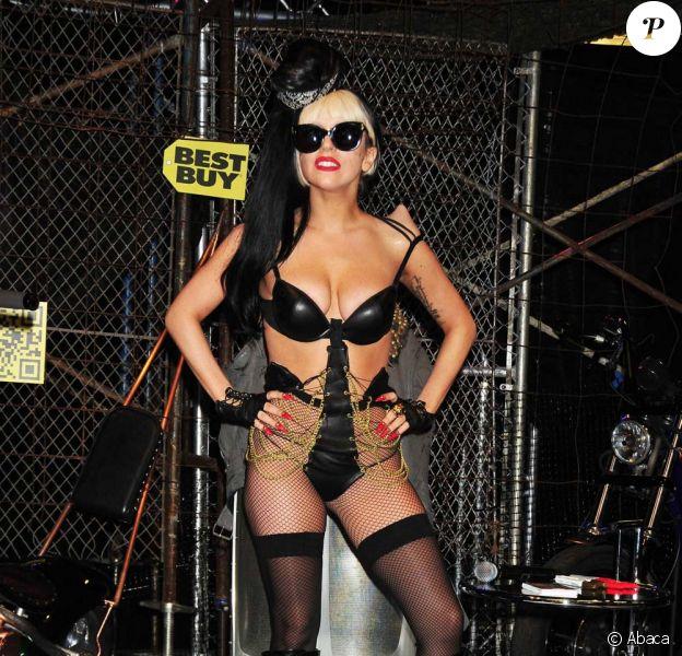Lady Gaga, promotion de l'album Born This Way, à New York, le 23 mai 2011. Un look de plus en plus trash...