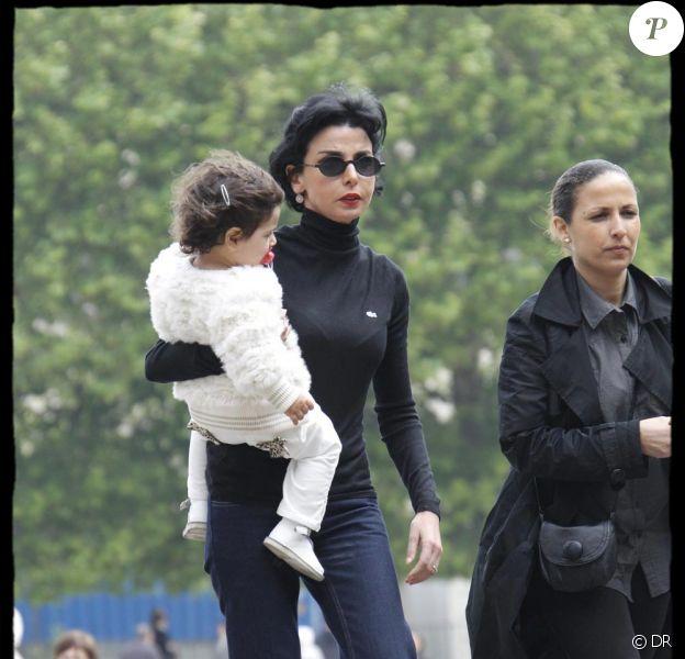 Rachida Dati et sa petite Zohra en mai 2010 au jardin des Plantes à Paris