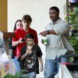 Les enfants de Michael Jackson pendant leur pause-goûter le 24 mai 2011 : Prince et Blanket