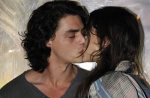 Astrid Berges-Frisbey offre un baiser à son amoureux, un acteur sulfureux !