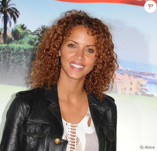 La souriante Noémie Lenoir le 9 juin 2011 au Cinéma Marignan, sur les Champs Elysées, à Paris, pour l'avant-première des Tuche