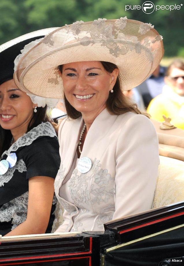Royal Ascot 2011, jour 3, jeudi 16 juin 2011. Carole Middleton, radieuse, a fait sensation et a eu droit au traitement de faveur réservé aux membres de la famille royale : une arrivée en carrosse.   Pour le traditionnel Ladies' Day du jeudi (qui tombait cette année un 16 juin), ces dames ont répondu au rendez-vous.