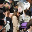 Royal Ascot 2011, jour 3, jeudi 16 juin 2011. Liz Hurley, jeune divorcée impeccable en Versace, était présente malgré la pluie pour voir ses chevaux en compétition.   Pour le traditionnel Ladies' Day du jeudi (qui tombait cette année un 16 juin), ces dames ont répondu au rendez-vous.