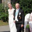 Moment solennel : le prince Richard de Sayn-Wittgentein-Berleburg mène sa fille la princesse Nathalie à l'autel, le 18 juin 2011.