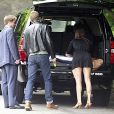 Ryan Golsing quitte sa maison pour se rendre à l'aéroport de Los Angeles avec son assistante le 17 juin 2011.