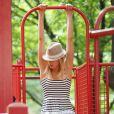 Karolina Kurkova n'hésite pas à retomber en enfance avec son fils Tobin dans un parc de New York le 26 juin 2011