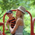 Karolina Kurkova et son fils Tobin dans un parc de New York le 26 juin 2011