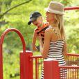 Tendre moment de complicité entre Karolina Kurkova et son fils Tobin dans un parc de New York le 26 juin 2011