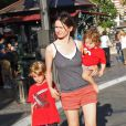 Emily Mortimer s'offre une séance de shopping avec ses deux enfants, Samuel, 7 ans,  et May Rose, 1 an et demi. Los Angeles, 27 juin 2011