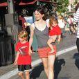 Emily Mortimer s'occupe à merveille de ses deux enfants, Samuel et May Rose qu'elle a eus avec le séduisant Alessandra Nivola. Los Angeles, 27 juin 2011
