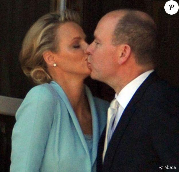 Un bref baiser au balcon du Palais Princier : le prince Albert de Monaco et la princesse Charlene, mariés depuis quelques minutes, offrent leur amour à leurs sujets, le 1er juillet 2011. Un baiser plus proche de celui, emprunté, de Charles et Diana, que de celui, tendre et complice, de William et Kate...