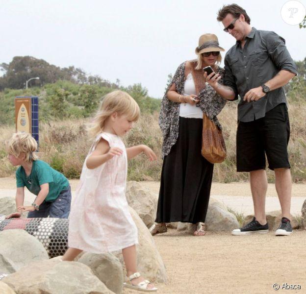 Tori Spelling, enceinte de son troisième enfant et son mari Dean McDermott ont emmené leurs enfants Liam et Stella au parc à Los Angeles, le 3 juillet 2011.