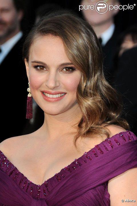 Natalie Portman pose durant les Oscars 2011 en février 2011