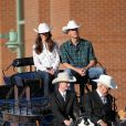 Le duc et la duchesse de Cambridge, avec leurs chapeaux blancs reçus en cadeau de bienvenue, sont arrivés en calèche au Stampede, grand-messe mondiale du rodéo à Calgary.   William et Kate, Royal Tour au Canada, jour 8 (jeudi 7 juillet 2011). Pour l'avant-dernier jour de leur visite officielle, le prince William et son épouse la duchesse Catherine de Cambridge ont rallié Calgary, leur dernière étape au Canada avant un déplacement de trois jours à Los Angeles.