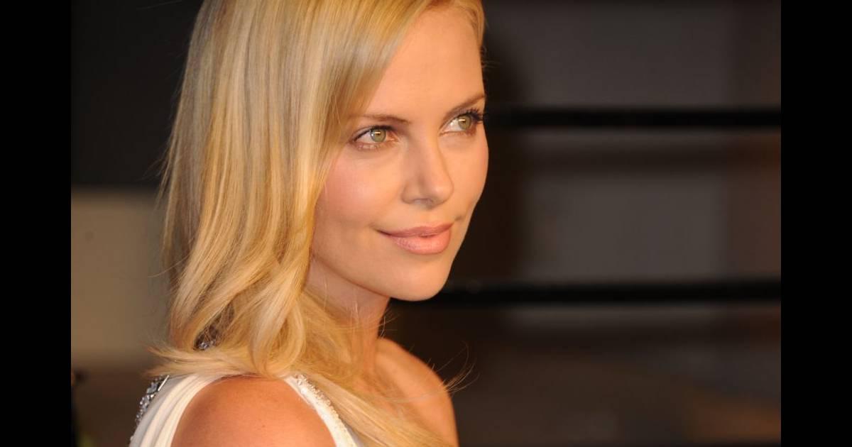 le blond adoucit le visage de l 39 actrice sud africaine charlize theron et la met donc bien plus. Black Bedroom Furniture Sets. Home Design Ideas