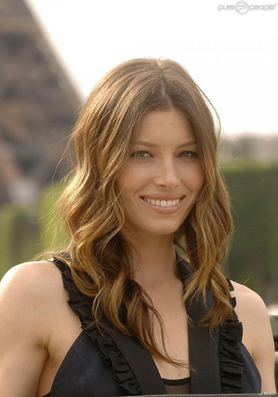 jessica biel superbe avec un chatain dor paris le 14 juin 2010 purepeople. Black Bedroom Furniture Sets. Home Design Ideas