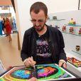 Ringo Starr a dédicacé quelques-unes de ses oeuvres lors de l'ouverture de l'exposition  The art of Ringo Starr , le 17 juillet 2011.