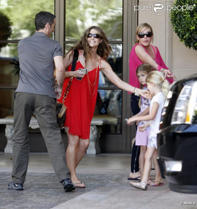 Denise Richards avec ses filles Lola et Sam à Los Angeles le 23 juillet 2011, jour de la baby-shower organisée pour sa fille, Eloise, qu'elle vient d'adopter