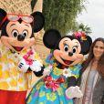 Elisa Tovati avec Mickey et Minnie lors de l'inauguration du grand château de sable Disneyland Paris à Paris Plages le 23 juillet 2011